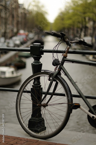 Photo  old bike on canal, amsterdam