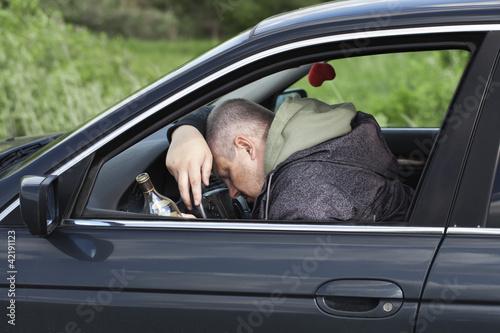 Plakaty dydaktyczne pijany-mezczyzna-spi-za-kierownica