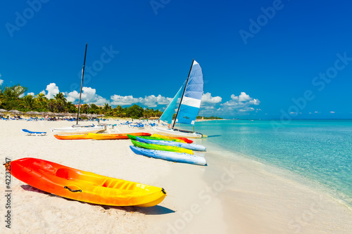 Foto-Kissen - Boats on a tropical beach in Cuba (von kmiragaya)