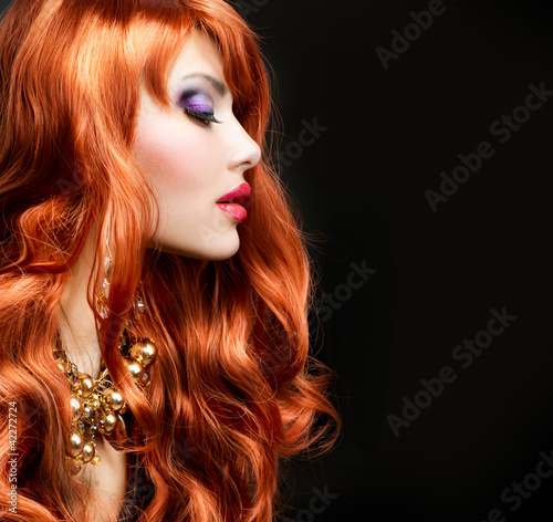 red-haired-girl-portret-na-czarno
