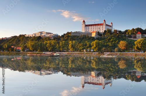 Foto-Kassettenrollo premium - Bratislava castle with reflection in river Danube - Slovakia