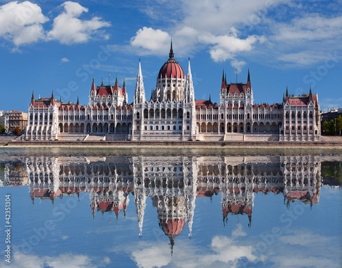 budapeszt-wegierski-parlament-z-odbiciem-w-dunaju