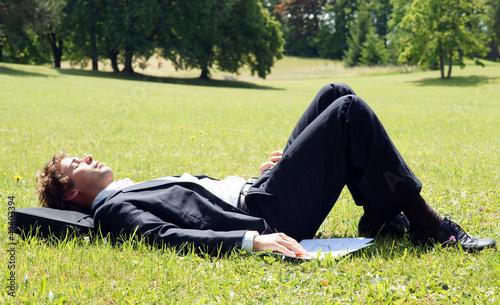 Fotografie, Obraz  Geschäftsmann entspannt in der Mittagspause im Park