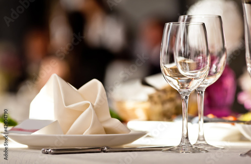 Canvas Print Empty glasses set in restaurant