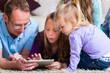 canvas print picture - Familie spielt mit dem Tablet computer daheim