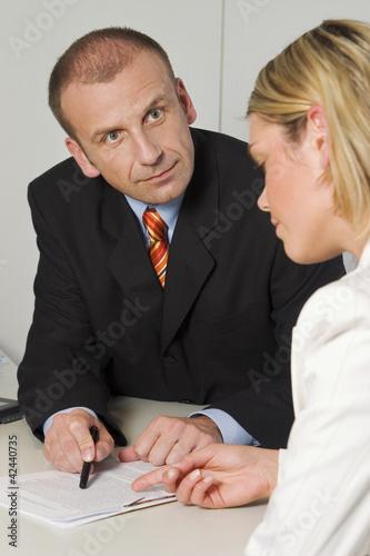 Fotografering  Angestellte rechtfertigt sich vor ihrem Chef