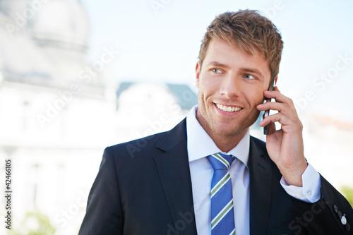 Foto  Geschäftsmann telefoniert mit Smartphone