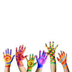 Bunte jubelnde Kinderhände