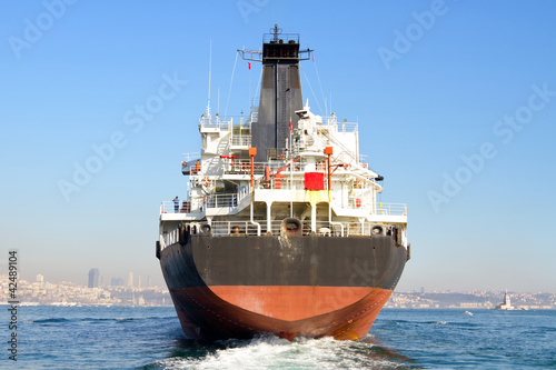 Pinturas sobre lienzo  Cargo ship from the backwash
