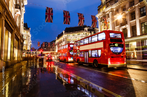 In de dag Londen rode bus Red Bus on the Rainy Street of London in the Night, United Kingd