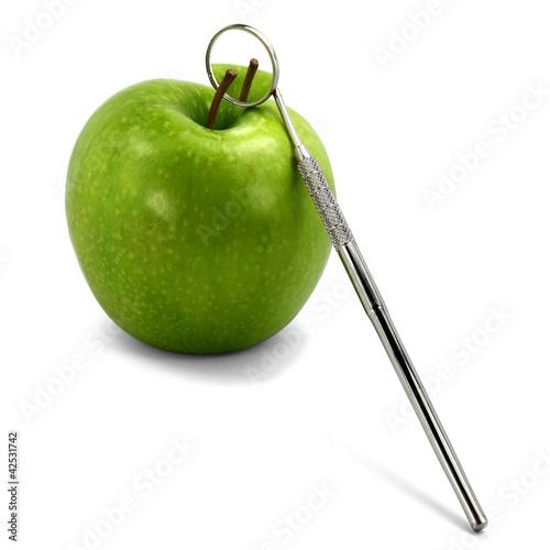 lusterko-dentystyczne-i-jablko