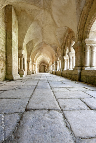 stary-kolumnadowy-closter-w-abbaye-de-fontenay