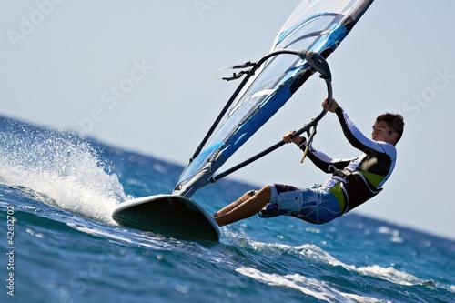 fototapeta na lodówkę Widok z boku młodego windsurfingu
