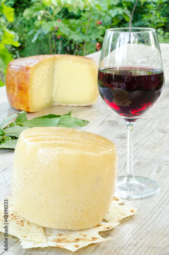 Photo  forma di pecorino sardo e bicchiere di vino rosso