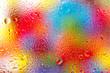 canvas print picture - Wasserspritzer auf einer Scheibe mit buntem Hintergrund