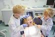canvas print picture - Kinder spielen Zahnarzt