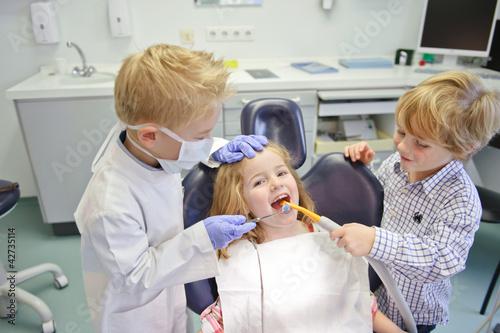 Kinder spielen Zahnarzt #42735114
