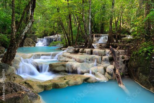 Fototapeta wodospady wodospad-miedzy-drzewami