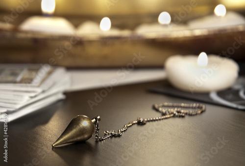 Plissee mit Motiv - Pendel mit Tarotkarten und vielen Kerzen