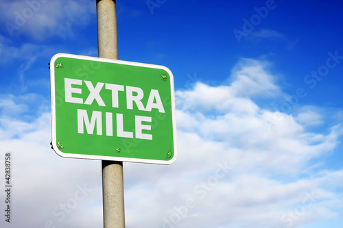 Photo Green extra mile sign