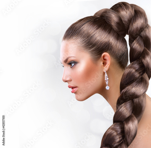 Long Healthy Hair. Beautiful Woman Portrait with Long Brown Hair