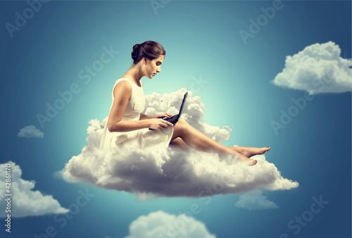 Foto  Woman working on a Cloud
