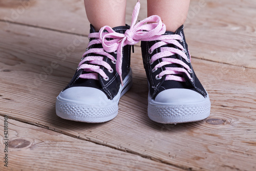 Partial success - child tied two shoes together Tableau sur Toile