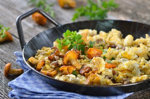 Photo Stands Ready meals Rühreier mit frischen Pfifferlingen