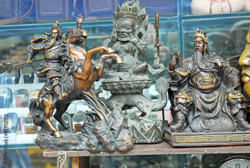Photo  Shanghai, Dongtai antique street market dragon and warriors.