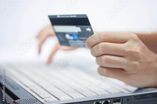 Fotografía  Using a credit card. Online shopping.
