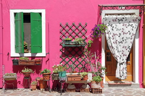 Photo Stands Candy pink colorful front door to the house on venetian island Burano, Vene