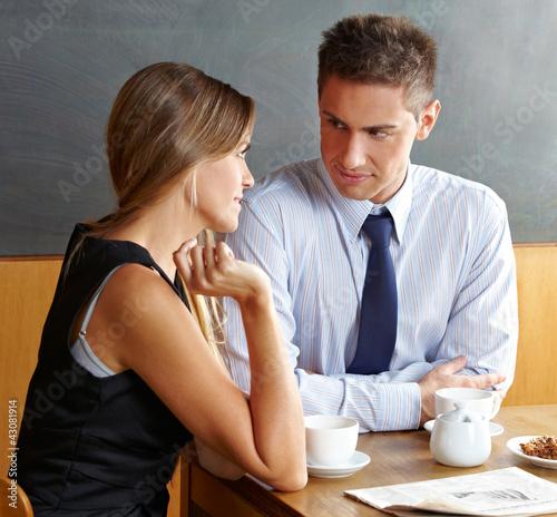 Mann und Frau reden im Café Fototapet
