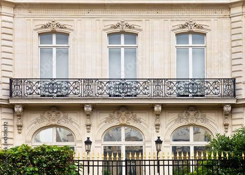 Villa Mit Balkon Und Zaun In Paris Buy This Stock Photo And