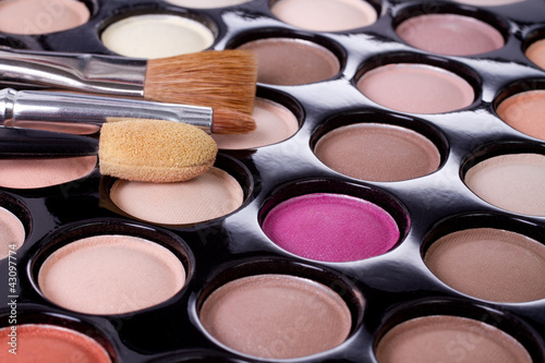 Fotografía  make-up colorful eyeshadow palette with brushes closeup