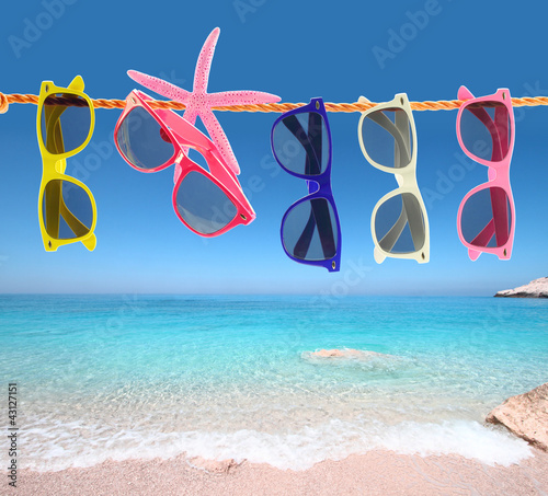 Foto Rollo Basic - Collection of sunglasses on the beach (von viperagp)