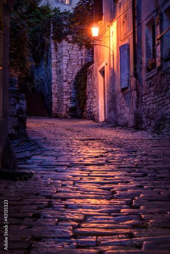stara-brukowana-ulica-przy-noca-pula-chorwacja