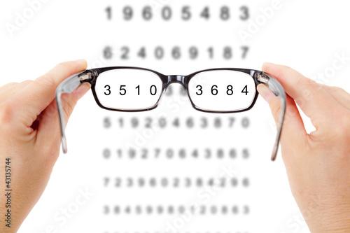 reka-trzyma-okulary