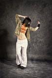 tanzende Frau mit buntem Shirt