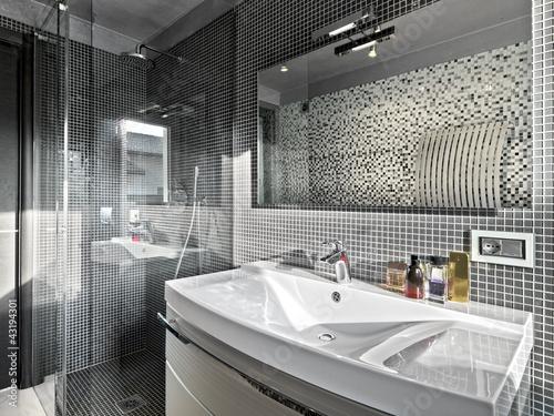 Fotografía dettaglio del lavabo e box doccia di un bagno moderno