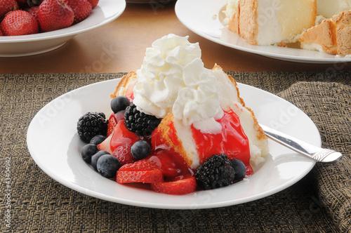 Obraz na plátne Strawberry shortcake on angle food cake