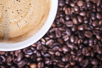 Panel Szklany Do cukierni Filiżanka kawy na tle ziaren kawy