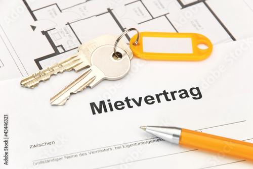 Fotografía  Mietvertrag mit Schlüsselbund und Kugelschreiber