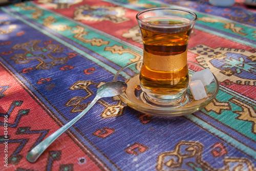 La pose en embrasure Turquie Glass of turkish tea in Istanbul