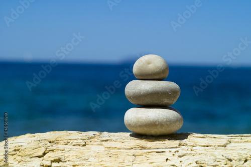 Photo sur Plexiglas Zen pierres a sable Sculpture of rocks in the seascape