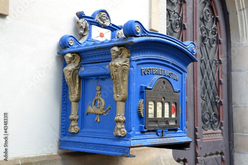 Foto op Aluminium Imagination blauer Postkasten