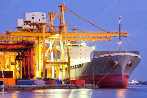 Fotografia  Przemysłowy kontenerowy statek towarowy
