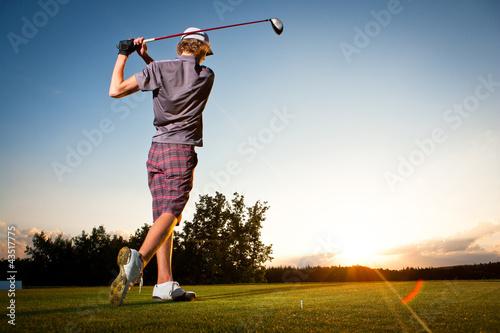 Foto-Stoff bedruckt - Male golf player teeing off golf ball from tee box (von listercz)