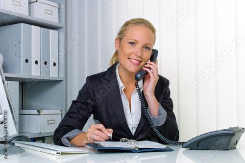 Fotografia  Frau mit Telefon im Büro