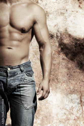 piekny-seksowny-mezczyzna-stoi-przed-starym-stylu-wa-stylu-uraban