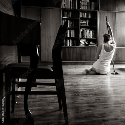 Fotografie, Obraz  Stare zdjęcie pięknej zapracowanej młodej kobiety